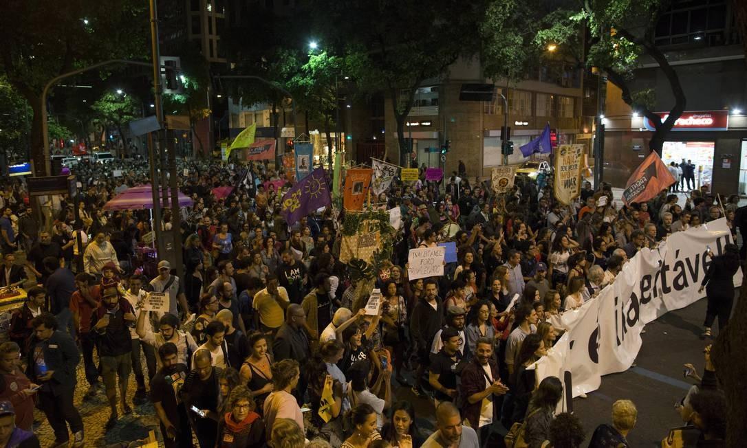 Ato organizado pela classe artistica contra o governo Temer reune manifestantes no Centro do Rio Foto: Guito Moreto / Agência O Globo
