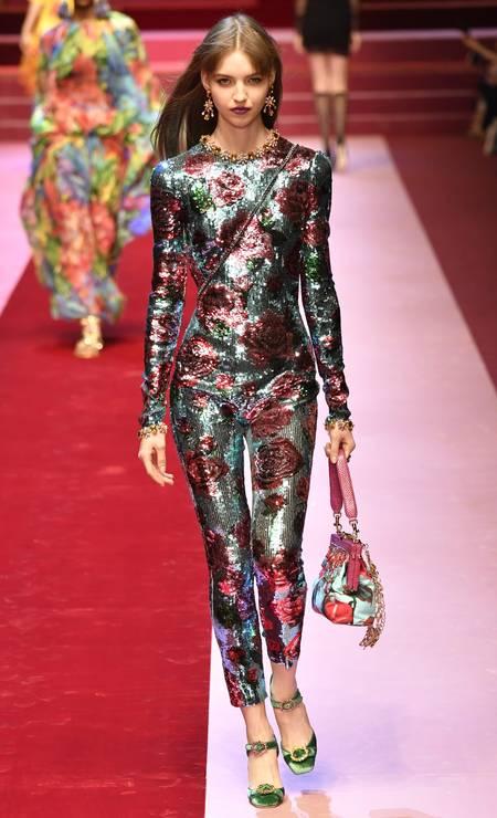 Guia de compras: listamos as tendências internacionais do verão 2018 que devem aparecer por aqui. Entre elas, o catsuit, peça-chave da temporada que apareceu na Versace e na Dolce & Gabbana (foto) Foto: ANDREAS SOLARO / AFP