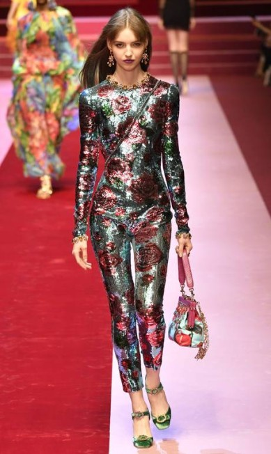 Guia de compras: listamos as tendências internacionais do verão 2018 que devem aparecer por aqui. Entre elas, o catsuit, peça-chave da temporada que apareceu na Versace e na Dolce & Gabbana (foto) ANDREAS SOLARO / AFP