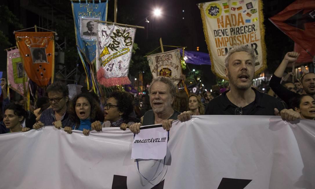 O ator Guilherme Weber participa do ato Foto: Guito Moreto / Agência O Globo