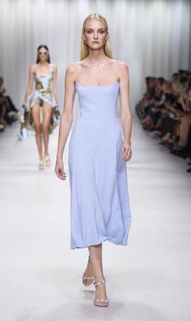 Os tons pastel têm espaço garantido no guarda-roupa. Foram vistos na Emporio Armani, Michael Kors e Versace (foto) Divulgação