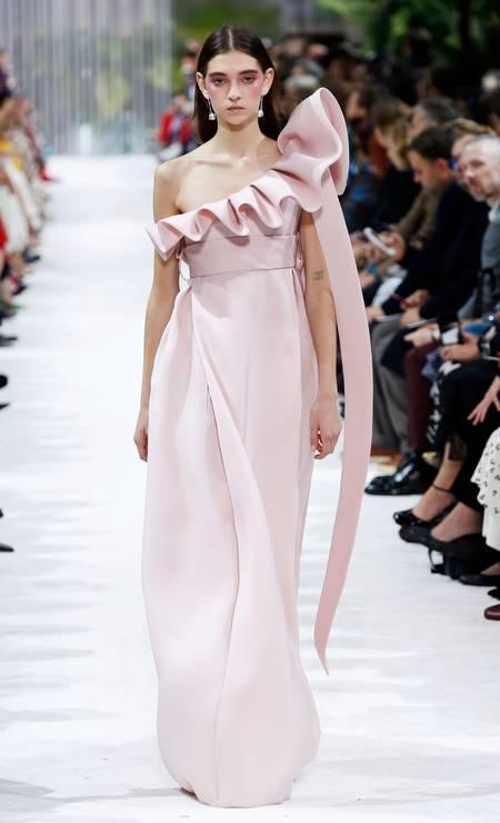 Os babados tiveram vez nos desfiles da Valentino (foto) e da Givenchy, por exemplo Foto: PATRICK KOVARIK / AFP