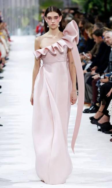Os babados tiveram vez nos desfiles da Valentino (foto) e da Givenchy, por exemplo PATRICK KOVARIK / AFP