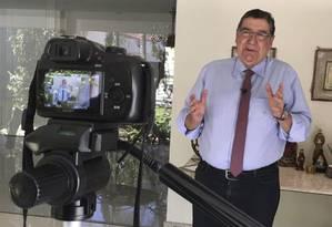 O professor Sérgio Nogueira em sua casa, onde grava os vídeos para o canal do YouTube Foto: Divulgação