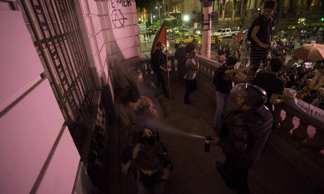 Policial uso spray de pimenta contra manifestantes durante ato de artistas no Rio contra o governo Temer Foto: Guito Moreto / Agência O Globo
