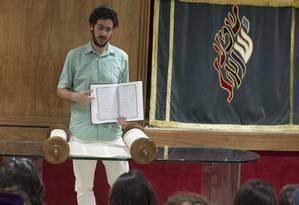 Rafael Bronz, diretor da área judaica e coordenador de qualidade do Liessen, mostra o Alcorão a estudantes Foto: Agência O Globo / Márcia Foletto