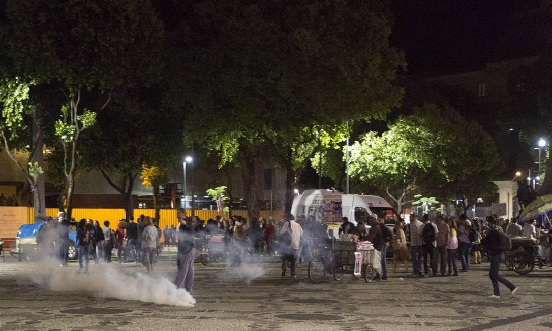 Bombas de efeito moral são lançados na direção de manifestantes Foto: Guito Moreto / Agência O Globo