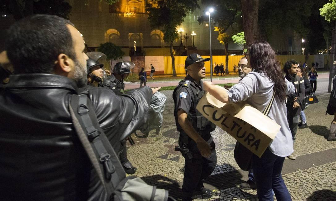 Participantes do ato conversam com policial militar na Cinelândia Foto: Guito Moreto / Agência O Globo