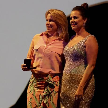 Lucia Basto, gerente geral de patrimônio da Fundação Roberto Marinho, recebe de Kátia Bogéa, presidente do Iphan, a medalha Mário de Andrade no Teatro Municipal Foto: Gustavo Miranda / Agência O Globo