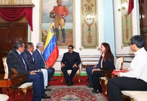 Maduro (centro) se reúne com governadores opositores de Merida, Nueva Esparta e Anzoategui, no Palácio Miraflores, sede do governo nacional Foto: HO / AFP
