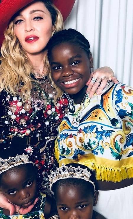 Madonna escolheu um vestido do estilista britânico Fyodor Golan, já as suas filhas Stelle, Estere e Mercy estavam de Dolce & Gabbana Foto: Reprodução Instagram