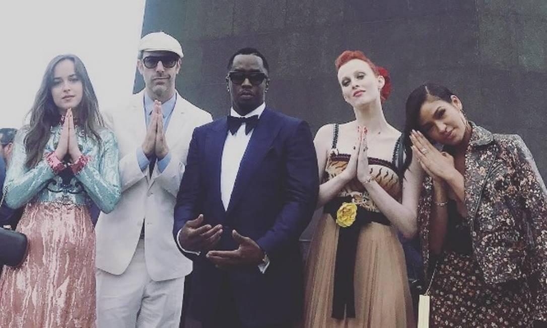 Mais um clique de Dakota Johnson. Aqui, ela aparece com P. Diddy (ao centro) e Cassie (à direita), que apostou num longo floral poderoso cuja estampa era a mesma da jaqueta de couro Foto: Reprodução Instagram