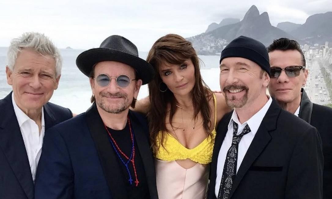 Os integrantes do U2 posam com a modelo Helena Christensen, que usou vestido da marca sustentável Edun Foto: Reprodução Instagram