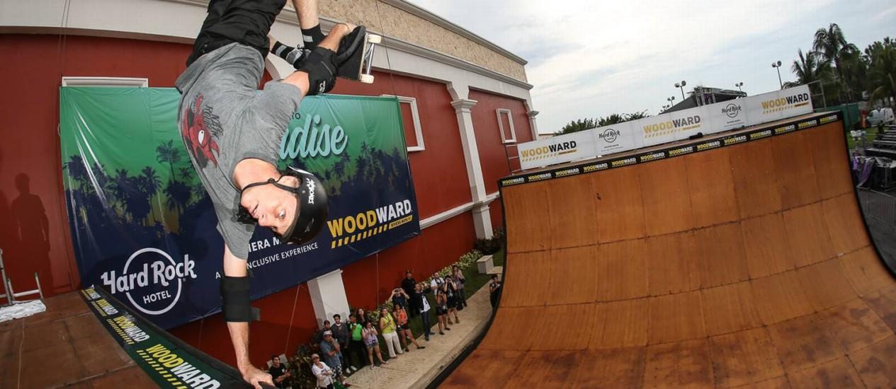 Tony Hawk testa pista de skate da Woodward durante inauguração no Hard Rock Hotel Riviera Maya, no México Foto: Bryce Kanights / Divulgação