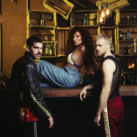 Vocalista Mel Gonçalves, Davi Sabbag e Mateus Carrilho: o trio da Banda Uó Foto: Divulgação