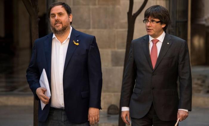O vice-presidente da Catalunha (à esq.), Oriol Junqueras, chega a um encontro com o presidente da região, Carles Puigdemont, em Barcelona Foto: JOSEP LAGO / AFP