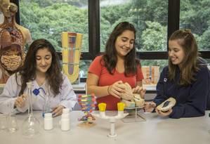 Dedicação. Giada Becchi (à esquerda), Maria Isabel Duque Estrada e Giovana Gelhoren em sala de aula Foto: Analice Paron / Agência O Globo