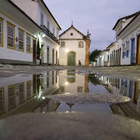 Amanhecer em Paraty, com a Igreja de Nossa Senhora do Rosário e São Benedito Foto: Márcia Foletto / Agência O Globo