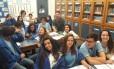 O professor Filipe Couto (de verde) e os alunos do nono ano