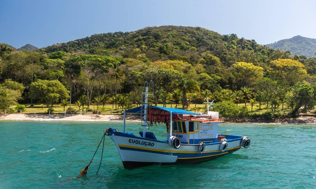 Barco em uma das praias entre Abraão e Saco do Céu: a melhor maneira de conhecer a ilha é pelo mar, já que não há estradas para carros de passeio Foto: Alex Ferro / Agência O Globo