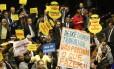 Deputados protestam a favor e contra o presidente Temer durante votação da denúncia