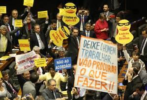 Deputados protestam a favor e contra o presidente Temer durante votação da denúncia Foto: Ailton de Freitas / Agência O Globo