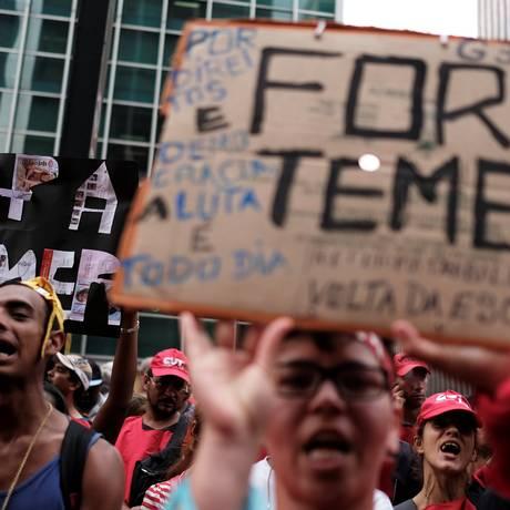 Manifestantes participam de ato contra Temer na Avenida Paulista Foto: Nacho Doce / Reuters/25-10-17