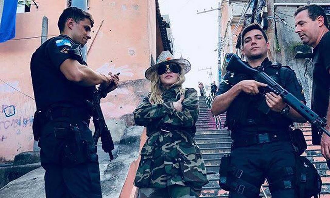 Com roupa camuflada, Madonna faz registro ao lado de PMs: 'Tentaram me dar um bilhete no meu caminho para a lua', disse a cantora Foto: Reprodução