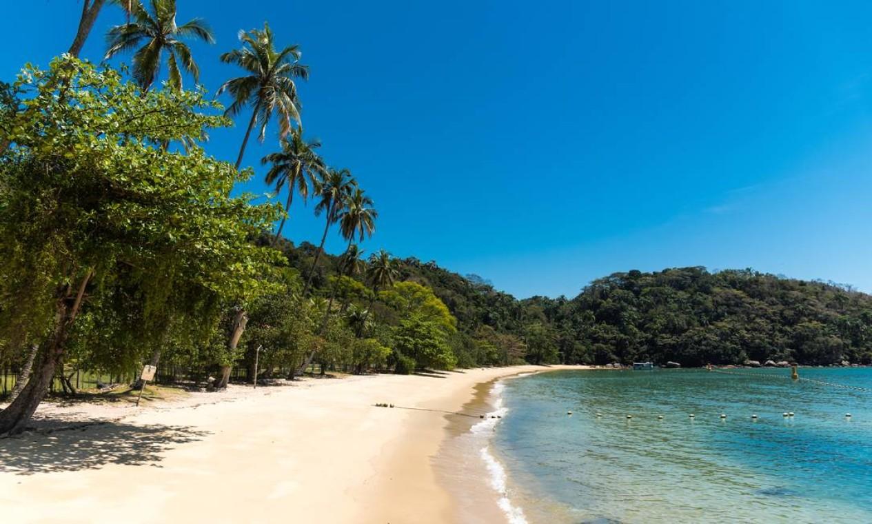 No meio do caminho entre Rio e São Paulo, a Ilha Grande reúne praias de beleza quase selvagem, como a da pacata Freguesia de Santana Foto: Alex Ferro / Agência O Globo