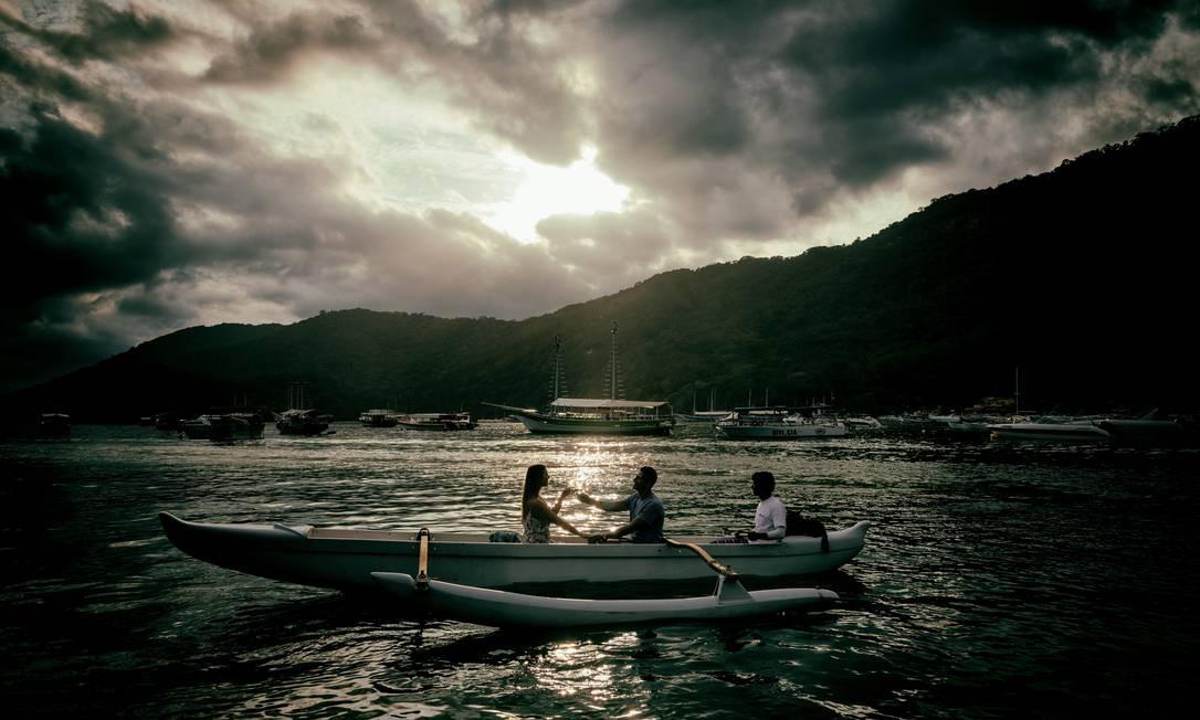 Passeios de canoa havaiana saindo da Vila do Abraão, com direito a brinde com espumante ao pôr do sol, estão entre os muitos programas românticos possíveis na Ilha Grande Foto: Alex Ferro / Agência O Globo
