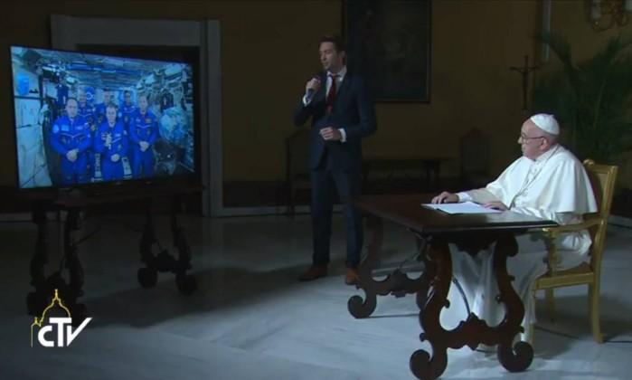 Papa fala com astronautas da Estação Espacial e faz elogios