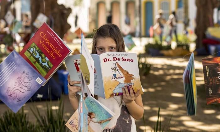 A menina Carolina Sofia de Castro, nascida em Mogi das Cruzes, participa da Flip em Paraty Foto: Ana Branco / Agência O Globo