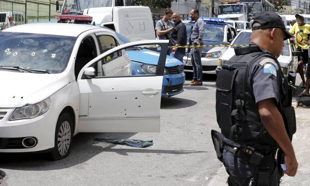 Carro em que estava o comandante do 3º BPM fica crivado de balas Foto: Domingos Peixoto / Agência O Globo