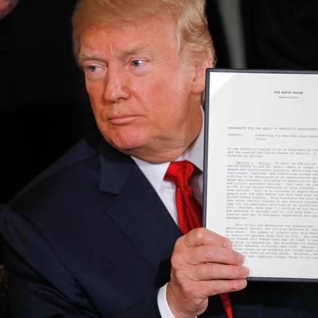 Trump mostra a declaração presidencial de emergência pública, na Casa Branca Foto: CARLOS BARRIA / REUTERS