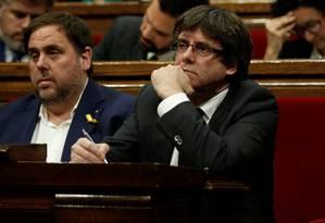 Carles Puigdemont e seu vice, Oriol Junqueras, acompanham debate no Parlamento catalão Foto: ALBERT GEA / REUTERS