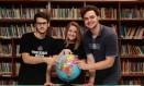 Iago, Letícia e Daniel, do colégio Notre Dame, querem fazer faculdade no exterior Foto: Brenno Carvalho / Agência O Globo