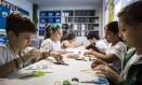 """Mão na massa. Alunos do 4º ano durante tarefa no """"Miraspace"""" Foto: Guito Moreto / Agência O Globo"""