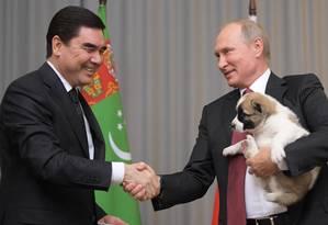 Putin recebe filhote de cão do presidente turcomeno, Gurbanguly Berdymukhamedov, durante encontro em Sochi: presidente russo mantém boa relação com líderes autoritários da região Foto: Alexei Druzhinin / AP