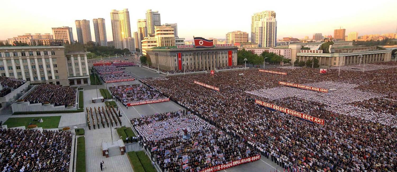 Marcha na praça Kim Il-sung, em Pyongyang, reúne milhares de norte-coreanos que apoiam o governo do líder Kim Jong-un contra o governo americano após provocações de Donald Trump na ONU Foto: Agência Central de Notícias Coreanas (KCNA) / AFP / 23-09-2017