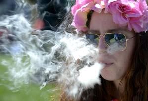Mulher fuma maconha em Denver, no Colorado, um dos 29 estados americanos onde o uso recreativo ou medicinal é legalizado Foto: Mark Leffingwell