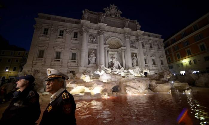 Homem detido depois de despejar tinta vermelha na Fontana di Trevi