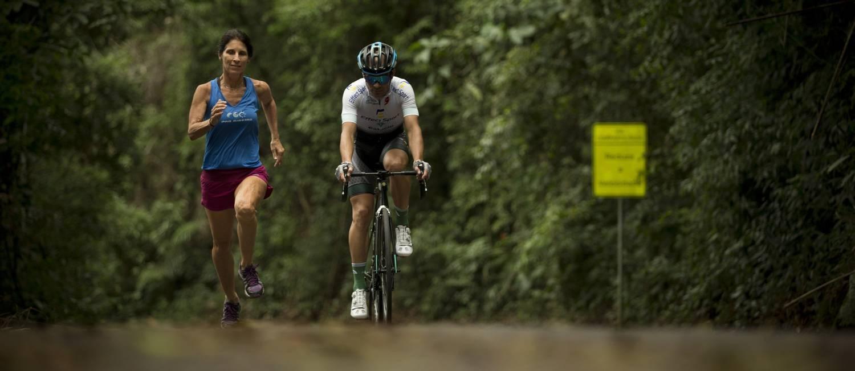O ciclista Ed Knupp e a corredora Silvia Sestelo sobem até a Mesa do Imperador, no Alto da Boa Vista Foto: Márcia Foletto / Márcia Foletto