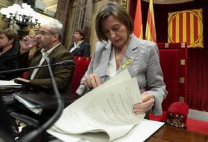Presidente do Parlamento catalão, Carme Forcadell lê documentos durante sessão que analisa independência Foto: ALBERT GEA / REUTERS