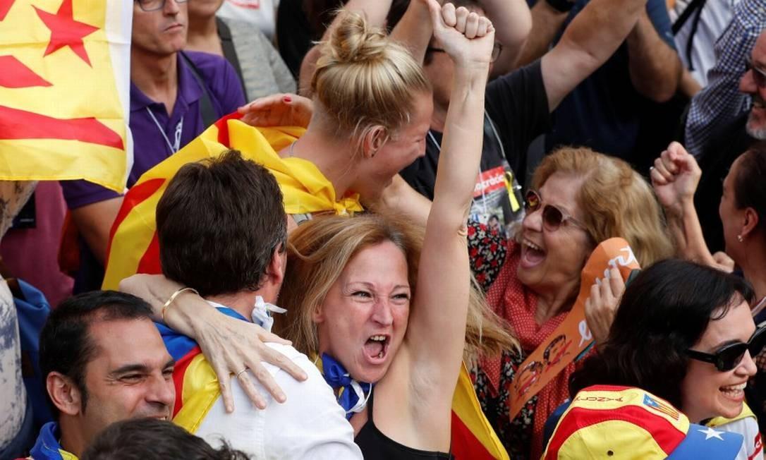 Manifestantes se abraçam do lado de fora do Parlamento catalão Foto: YVES HERMAN / REUTERS