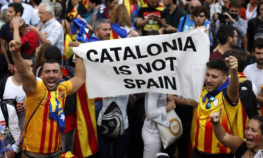 'Catalunha não é Espanha', diz cartaz levado por manifestantes independentistas na capital da região autônoma; no mesmo dia em que governo local declarou independência, Senado espanhol aprovou intervenção Foto: Emilio Morenatti / AP