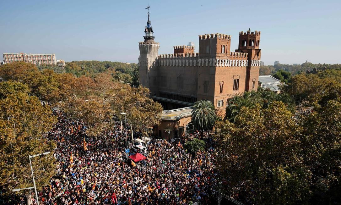 Multidão ocupou completamente as ruas do coração de Barcelona durante sessão do Plenário para debater moção de independência; impasse político se agrava a níveis inéditos entre Catalunha e Espanha Foto: PAU BARRENA / AFP