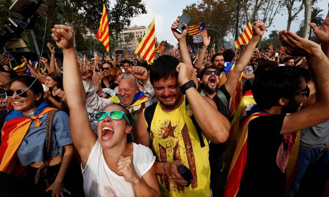 Clima de festa dominou marcha de independentistas; manifestantes choraram, gritaram e se abraçaram em desafio ao governo central de Madri Foto: JUAN MEDINA / REUTERS