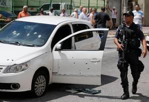 Carro em que estava o coronel Teixeira, assassinado durante tentativa de assalto no Lins de Vasconcelos Foto: Domingos Peixoto em 26/10/2017 / Agência O Globo