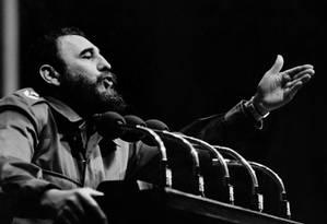 Em 1970, Fidel Castro fala a multidão em Havana Foto: - / AFP