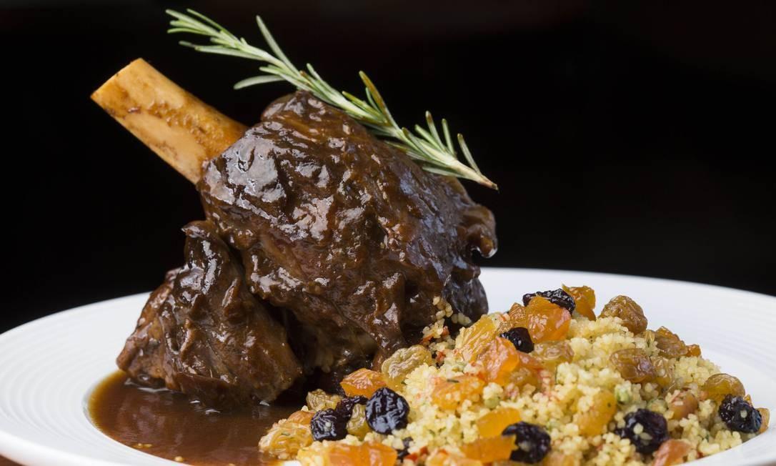 Salitre. O Stinco de cordeiro (R$ 79) é cozido no próprio molho da carne com especiarias e chega á mesa com couscous marroquino. Rua Barão da Torre 632, Ipanema (2540-5719). Ter a sáb, do meio-dia à 1h. Dom, do meio-dia às 22h. Foto: Ana Branco / Divulgação